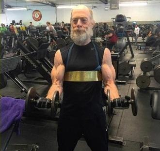 J.K. Simmons khoe cơ bắp cuồn cuộn