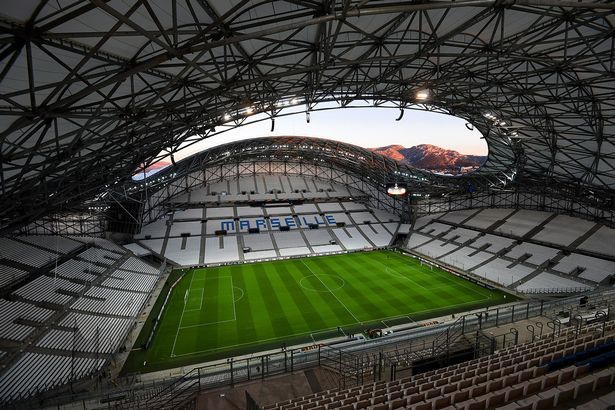 Trận đầu mở màn của bảng B là trận Anh gặp Nga tại SVĐ Stade Vélodrome.