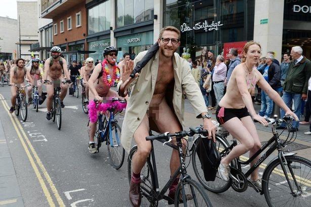 Lễ hội khỏa thân đi xe đạp ở Anh độc đáo cỡ nào? - 3