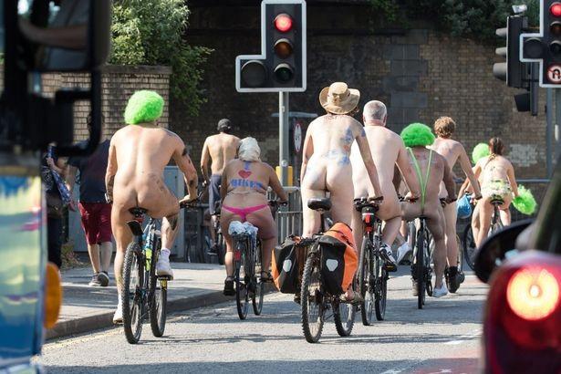 Lễ hội khỏa thân đi xe đạp ở Anh độc đáo cỡ nào? - 4