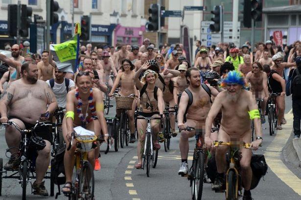 Lễ hội khỏa thân đi xe đạp ở Anh độc đáo cỡ nào? - 6