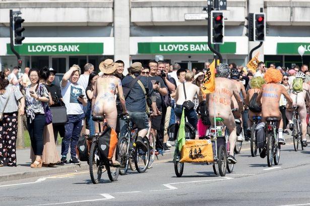 Lễ hội khỏa thân đi xe đạp ở Anh độc đáo cỡ nào? - 13