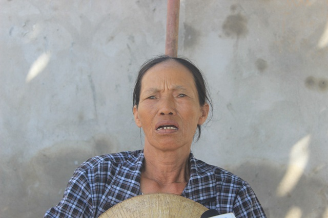 Bà Hoa lo lắng nói thông tin cá bị nhiễm độc khiến bà không bán cá được