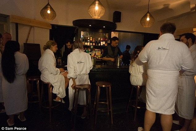 Tất cả các thực khách đều được phát một áo choàng trắng để mặc tại quầy bar, khi vào đến nhà hàng, họ có thể chọn tiếp tục mặc nó hay bỏ ra.