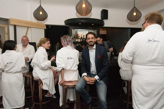 """Người sáng lập nhà hàng, Seb Lyall nói rằng, ông muốn mọi người có cơ hội thưởng thức và trải nghiệm một bữa ăn không có hóa chất, không phẩm màu nhân tạo, không điện, không điện thoại, và cả không quần áo nếu họ muốn. Đây là """"ý tưởng để trải nghiệm sự giải thoát thực sự"""