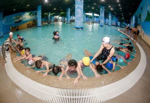 Các học viên hào hứng tập luyện động tác bơi dưới sự hướng dẫn tận tình của các giảng viên.