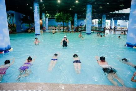 Với lớp 8 -14 tuổi, các em được học các kiểu bơi rất đa dạng.