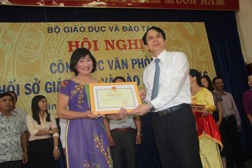 Thứ trưởng Phạm Mạnh Hùng đã tặng Bằng khen của Bộ trưởng Bộ GD&ĐT cho các cá nhân có nhiều thành tích trong công tác VP