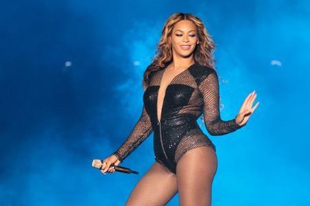 """Trước khi tham gia vào bộ phim """"Dreamgirls"""", """"Queen Bey"""" đã áp dụng chế độ ăn kiêng có tên """"Master Cleanse"""" và đã giảm được tới 9 kg. Trong vòng 14 ngày, nữ ca sĩ không ăn gì ngoại trừ hỗn hợp chứa nước cốt chanh, siro maple và ớt bột cayenne pha cùng nước lọc. Cách detox này giúp thải độc cơ thể rất hiệu quả, đồng thời kích thích sự tăng trưởng của các mô nhưng bản thân Beyoncé phải lắc đầu thừa nhận cô sẽ không thực hiện """"trải nghiệm"""" đáng sợ này thêm lần nào nữa."""