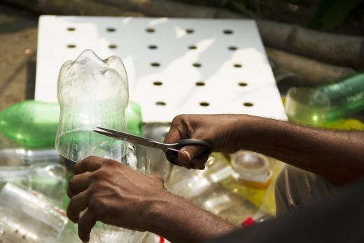 Để tạo ra một chiếc máy lạnh, bạn cắt đôi những chiếc chai nhựa và gắn chúng vào một chiếc bảng.