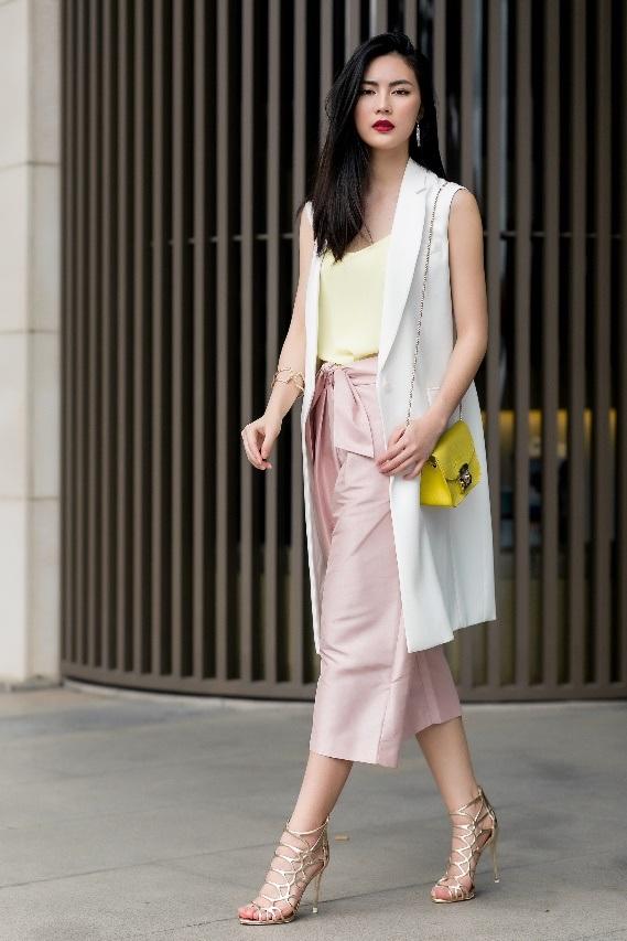 """Sử dụng túi dáng hộp màu vàng nổi bật kết hợp cùng phụ kiện ánh kim, cô nàng cho thấy """"metallic + pastel"""" không phải là công thức duy nhất trong """"cuộc chơi màu sắc"""" của trào lưu metallic."""