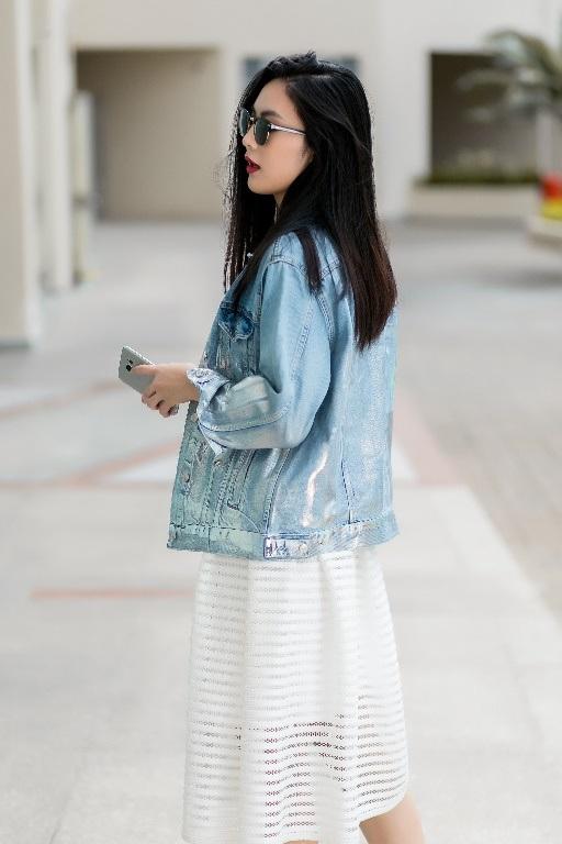 Thông qua chiếc smartphone để thực hiện tất cả mọi việc từ check mail, sắp xếp lịch làm việc, liên lạc với bạn bè, đối tác…, lại có thể mix & match dễ dàng, hoàn toàn không khó giải thích vì sao Samsung Galaxy S7 edge trở thành phụ kiện không thể thay thế của nàng fashionista.