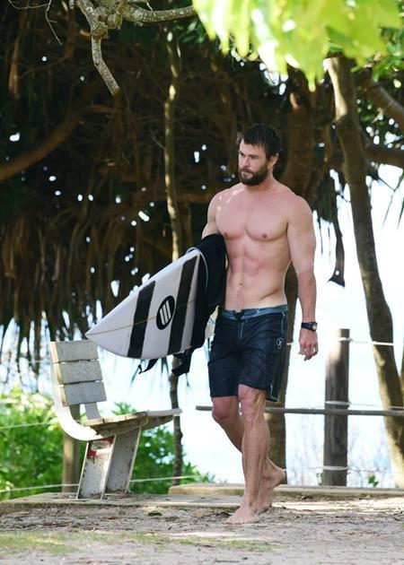 """""""Thần Sấm"""" Chris Hemsworth khiến cánh chị em phụ nữ chao đảo với thân hình quá đỗi săn chắc, manly"""