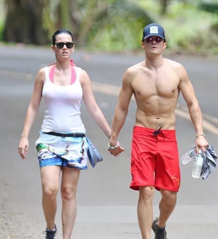 """Dù đang đi bộ, Orlando Bloom cũng không bỏ lỡ cơ hội cởi áo khoe thân để """"ghi điểm"""" trong mắt cô bạn gái Katy Perry"""