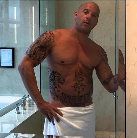 Vin Diesel vô cùng tự tin chụp ảnh khoe thân trong nhà tắm