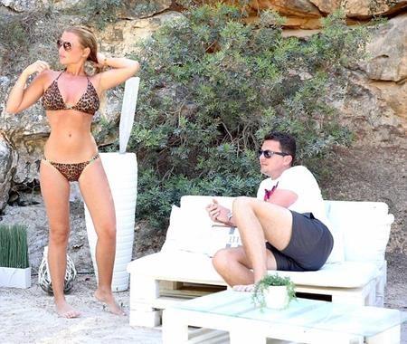 Billie Faiers đang tận hưởng kì nghỉ cùng vị hôn phu Greg Shepherd