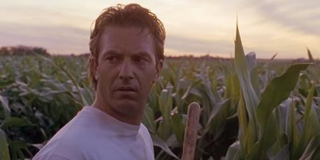 """""""Field of dreams"""" là một bộ phim tuyệt vời về tình cảm cha con, gia đình với diễn xuất tinh tế của Kevin Coster và Amy Madigan. Tác phẩm của đạo diễn Phil Alden Robinson đã giành được tới 3 đề cử Oscar và nhận được rất nhiều lời tán dương từ phía khán giả."""