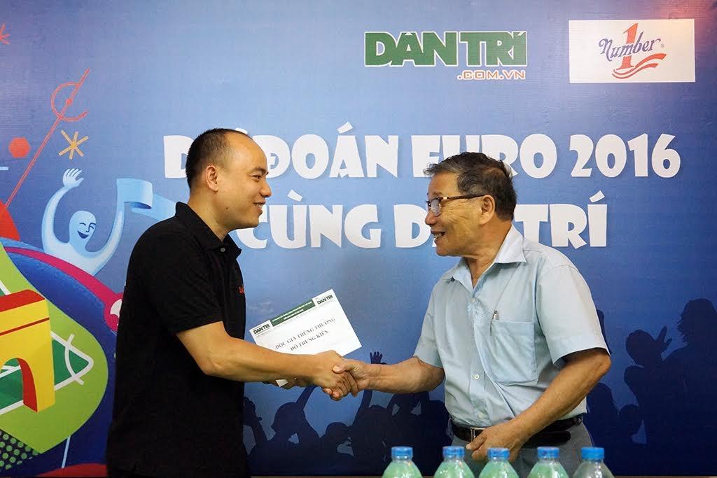 Phó tổng biên tập báo Dân trí - Ông Nguyễn Lương Phán trao thưởng cho bạn đọc