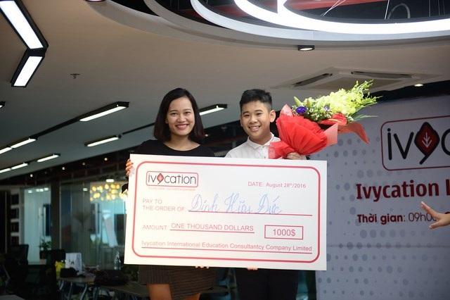 Chị Nguyễn Thị Bích Diệp – Giám đốc trung tâm Ivycation trao giải cho quán quân khóa học Đinh Hữu Đức.