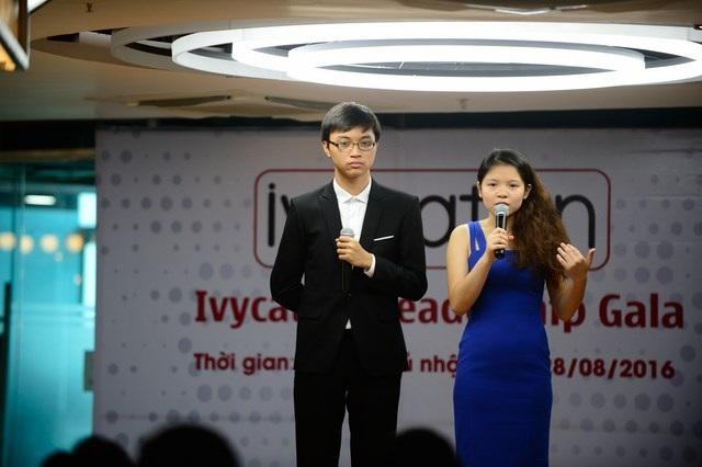Đào Ngọc Vinh (áo xanh) và Hoàng Quang Anh giới thiệu về dự án Hòa sắc phái nữ.