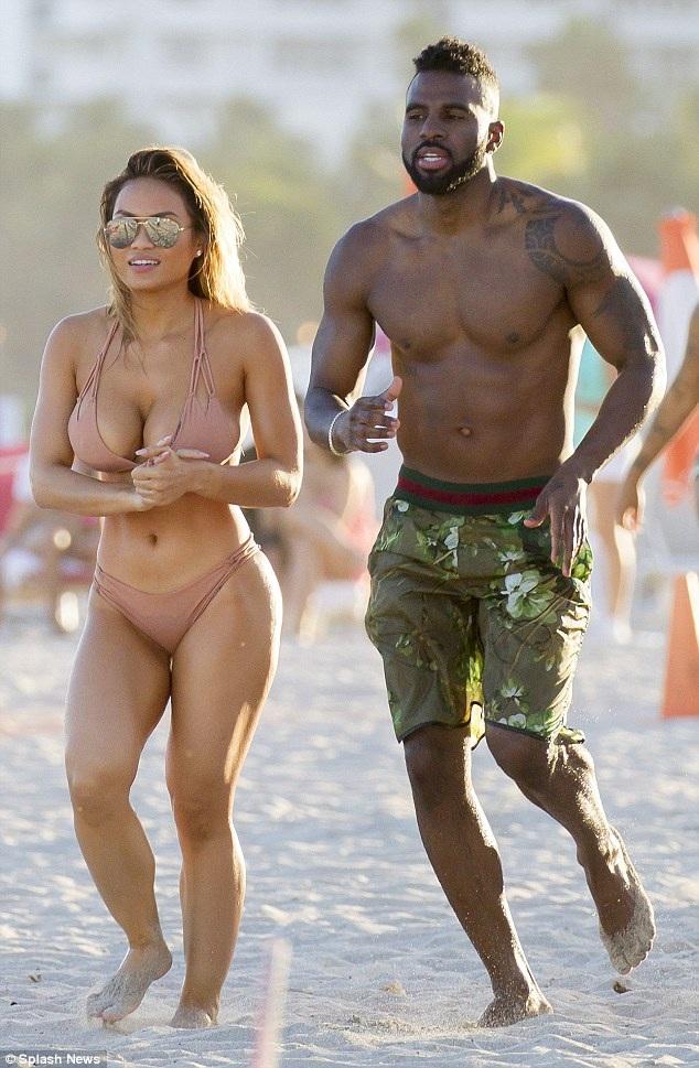 Người mẫu Daphne Joy và bồ mới Jason Derulo đang tận hưởng kỳ nghỉ đầu năm mới tại Miami, Mỹ