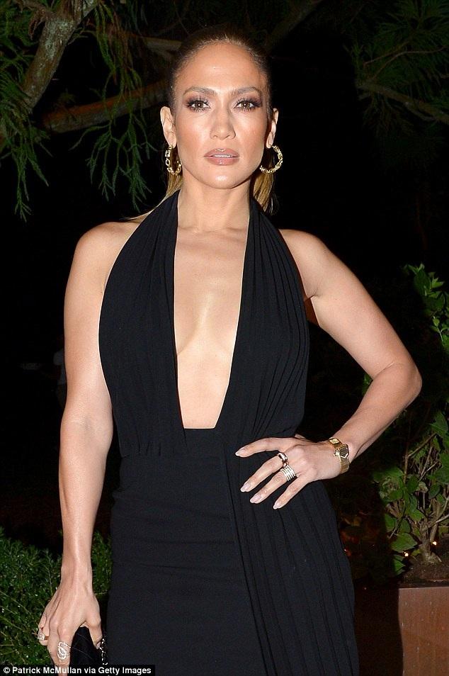 Diva 47 tuổi diện bộ váy đen xẻ bạo kết hợp với giày cao gót của hãng Charlotte Olympia