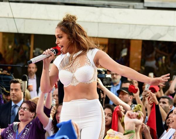 Jennifer Lopez trẻ trung đáng kinh ngạc ở tuổi 47 - 9