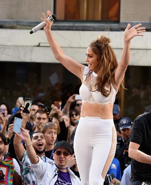 Jennifer Lopez trẻ trung đáng kinh ngạc ở tuổi 47 - 8