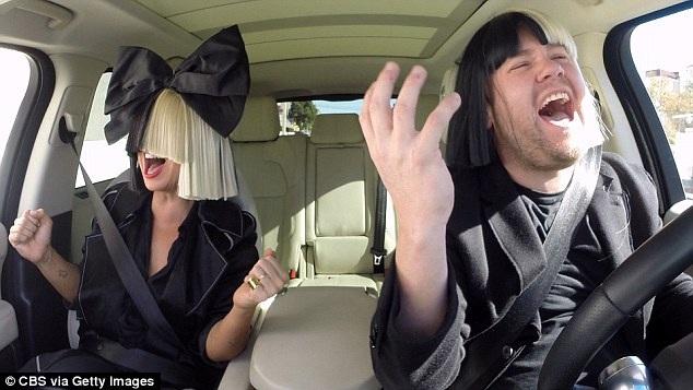 Một ngôi sao kỳ dị khiến khán giả quan tâm là Sia