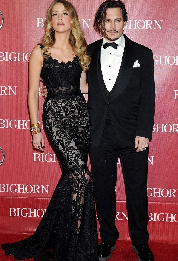 Amber Heard mới 29 tuổi còn chồng cô, Johnny Depp 52 tuổi. Cặp đôi làm đám cưới được 1 năm.