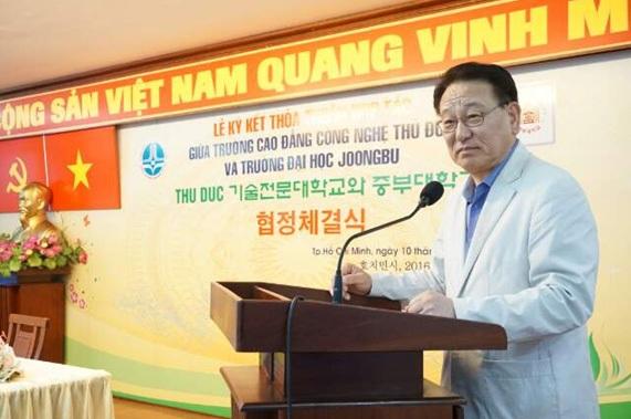 Hiệu trưởng Trường Đại học Joongbu phát biểu trong lễ ký kết thỏa thuân hợp tác với Trường Cao đẳng Công nghệ Thủ Đức