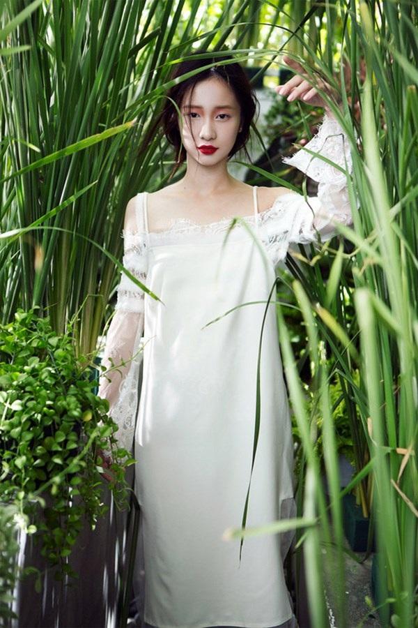 Trong bộ ảnh mới nhất, Jun Vũ chọn trang phục nhẹ nhàng, sắc trắng nổi bật giữa cánh đồng xanh mướt.