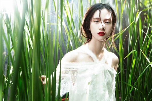 Đôi môi đỏ và đôi mắt tô điểm màu hồng cam ngọt ngào cùng biểu cảm của Jun Vũ khiến những bức hình thực sự ấn tượng và hút mắt người xem.