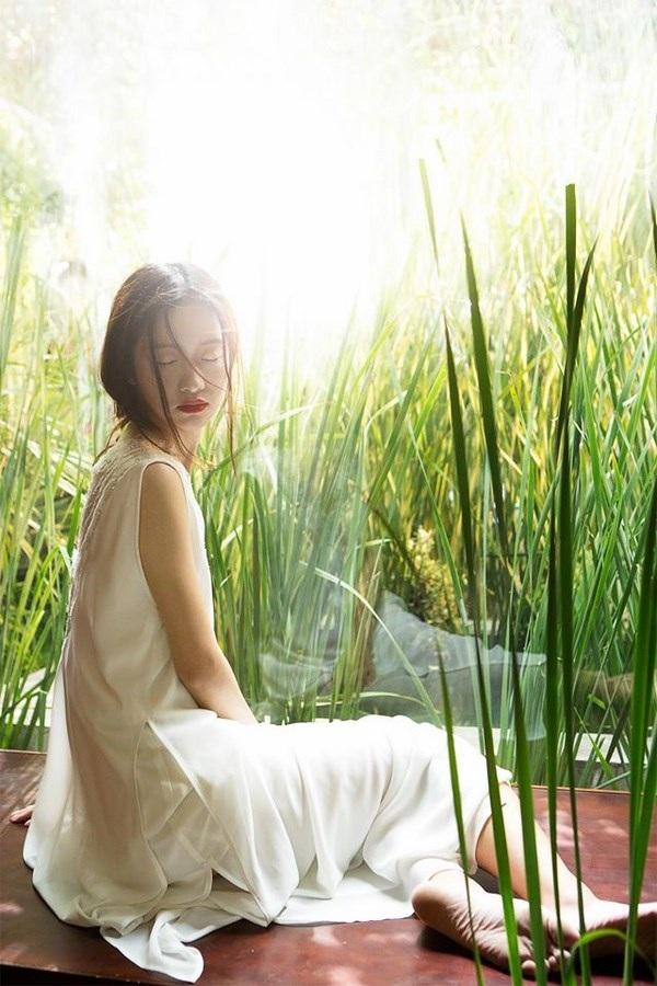 Jun Vũ diện ren trắng trong suốt giữa đồng lúa non mùa hạ - 6