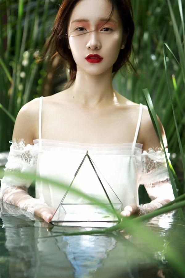 Jun Vũ diện ren trắng trong suốt giữa đồng lúa non mùa hạ - 8