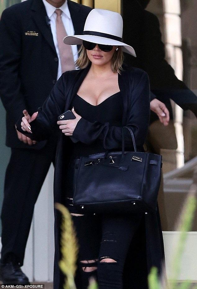 Khloe Kardashian xuất hiện gợi cảm tại Beverly Hills ngày 11/3 vừa qua