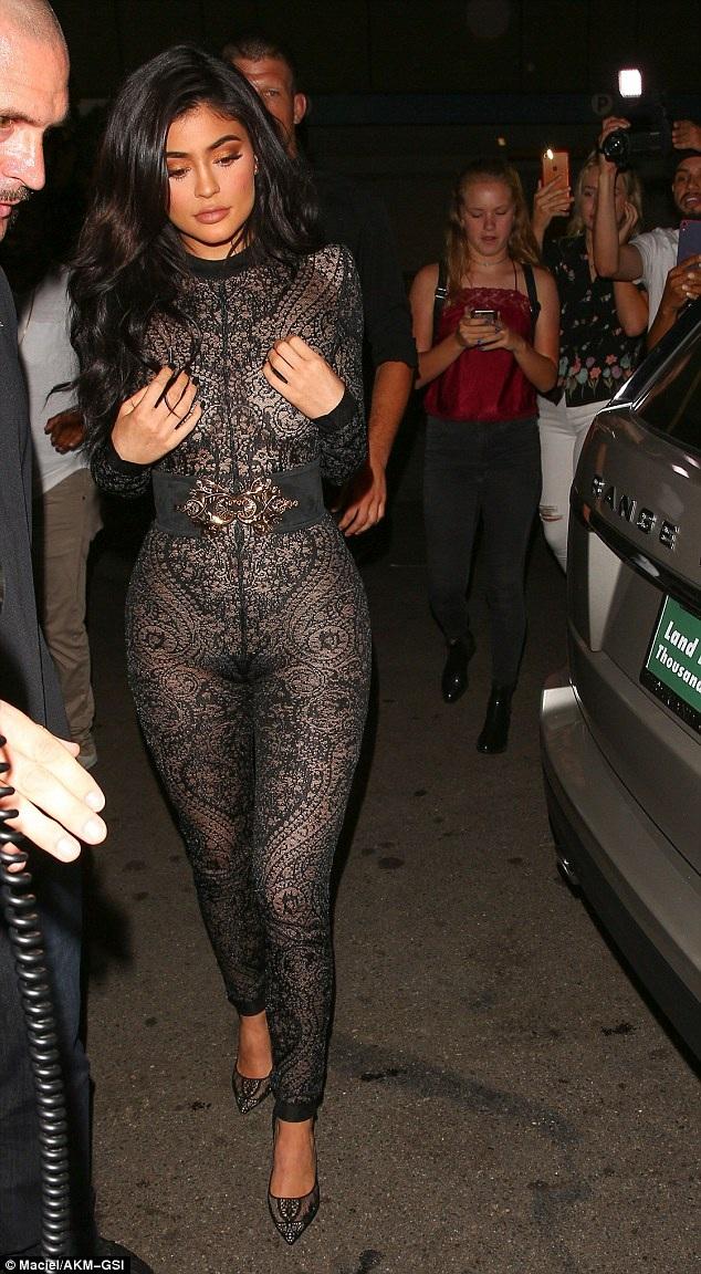 Kylie Jenner bốc lửa đón tuổi 19 tại Hollywood cùng gia đình