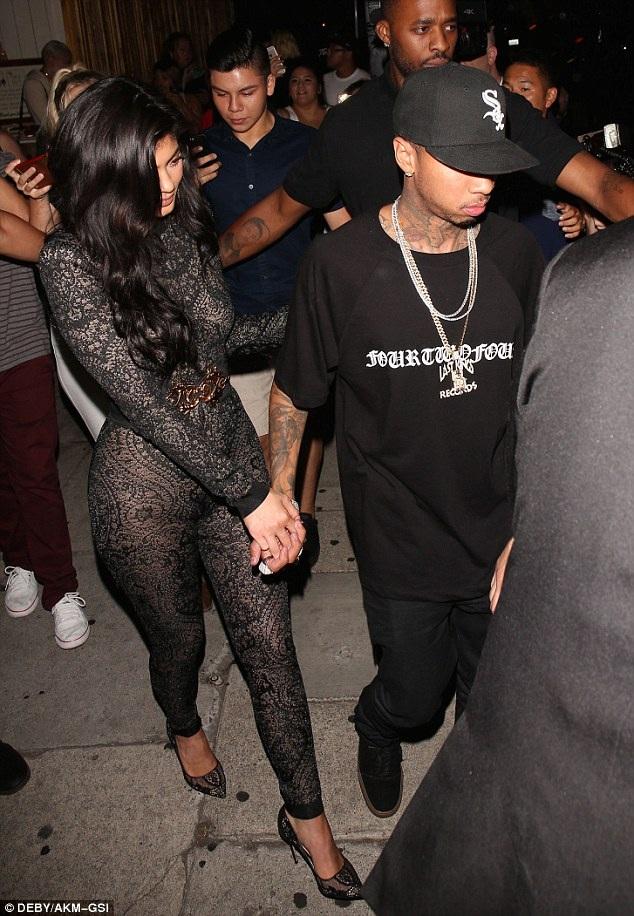 Đông đảo fans và thợ săn ảnh đeo bám khi cô cùng bạn trai Tyga rời bữa tiệc sôi nổi
