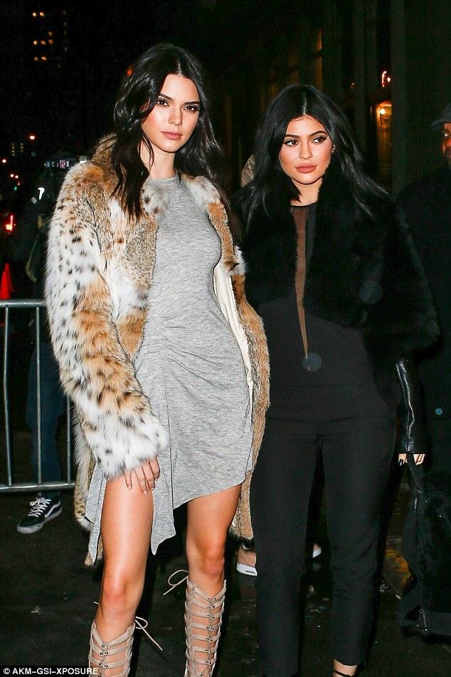 Kendall và em gái Kylie Jenner đều diện đồ do họ thiết kế