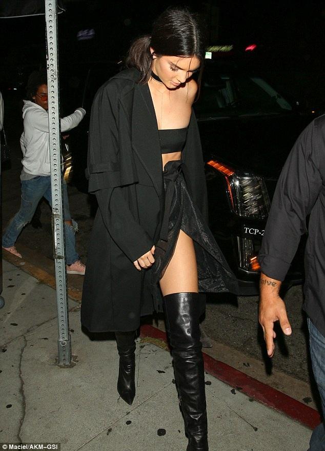 Chân dài đình đám Kendall Jenner - chị của Kylie cũng mặc rất sexy dự tiệc mừng sinh nhật em
