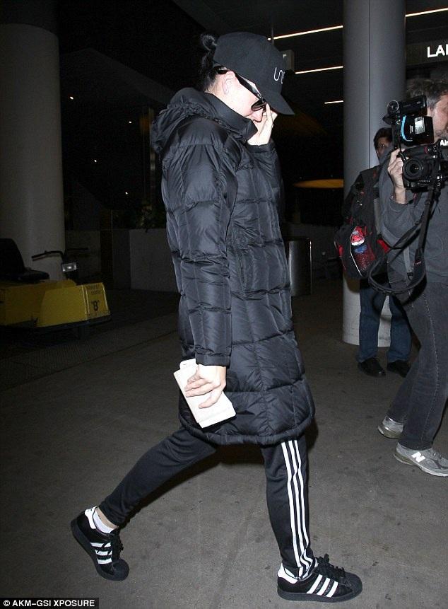 Đi cùng chuyến bay với bạn trai Orlando Bloom, nhưng Katy Perry rời sân bay bằng lối đi khác.