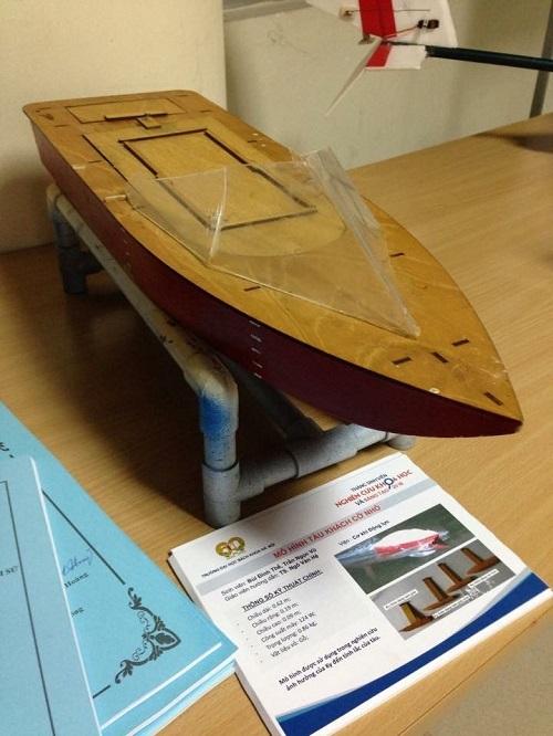 Mô hình tàu khách cỡ nhỏ được sử dụng trong nghiên cứu ảnh hưởng của việc gắn ky trên thân tàu đến tính năng lắc của tàu.