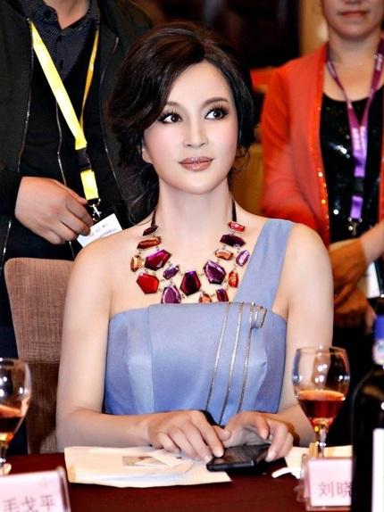 Hiện tại, Lưu Hiểu Khánh được xem là một trong những nghệ sĩ gạo cội, tài năng và xinh đẹp nhất làng giải trí Hoa ngữ bất chấp tuổi tác.