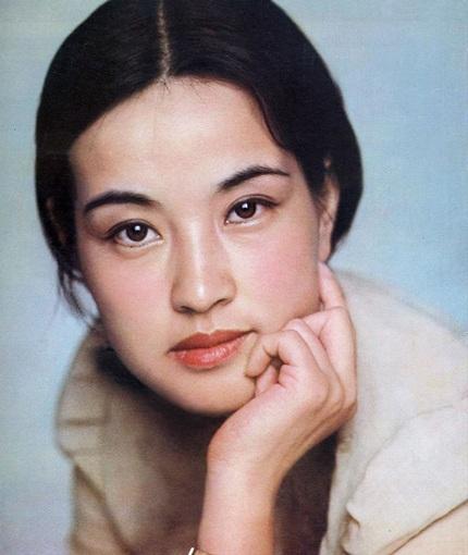 Gương mặt thời trẻ của bà so với hiện tại dường như không thay đổi.