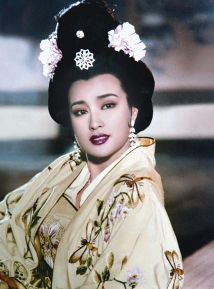 Năm 1995, Lưu Hiểu Khánh gây ấn tượng với người hâm mộ trên khắp châu Á với vai diễn Võ Tắc Thiên. Bà vào vai nhân vật Võ Tắc Thiên từ khi mới chỉ là một cô bé 16 tuổi tới khi về già. Sự trẻ trung của nữ diễn viên họ Lưu, lúc đó đã hơn 40 tuổi khiến nhiều người khó tin.