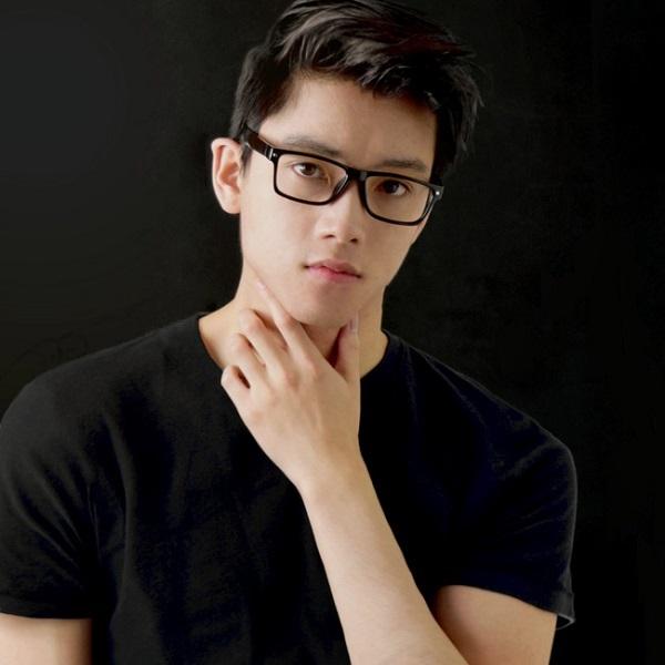 Chris Khoa Nguyễn sở hữu vẻ ngoài điển trai, thu hút.