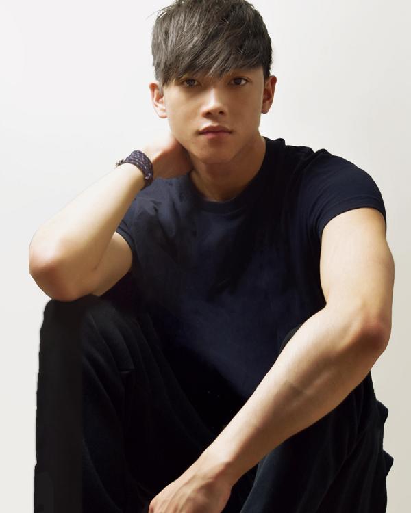 Chris Khoa Nguyễn từng là vận động viên bơi lội trước khi trở thành người mẫu cho nhiều hãng thời trang có tiếng.