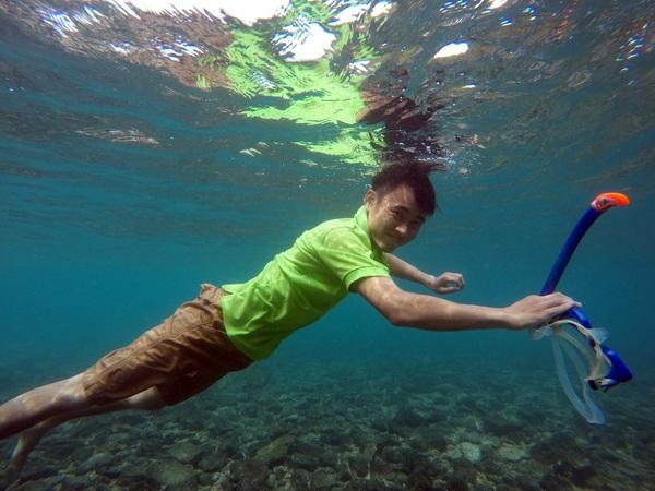 Hồ Việt Dũng trong một buổi kiểm tra san hô dưới đáy biển