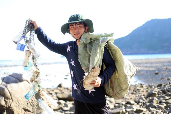 Và dọn rác trên bãi Cát Lớn – đảo Bảy Cạnh – Côn Đảo