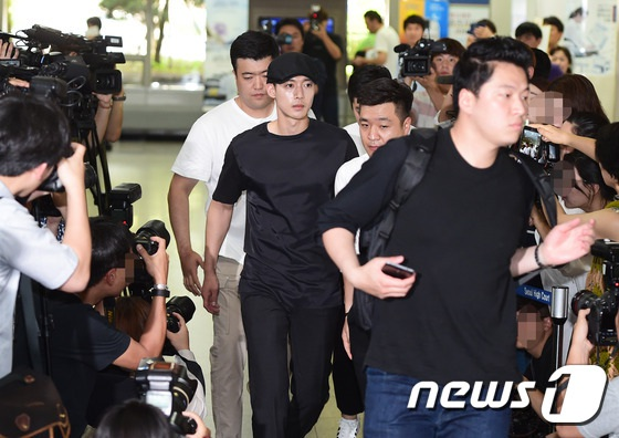 Chiều qua 8/7, Kim Hyun Joong đã thu hút sự chú ý của giới truyền thông xứ Hàn khi xuất hiện tại tào để tham dự phiên bào chữa thứ hai cho vụ kiện cô Choi đệ đơn kiện mỹ nam xứ Hàn làm tổn hại danh dự, tinh thần của cô và đòi bồi thường 1,6 tỉ won (tương đương 30 tỉ đồng).